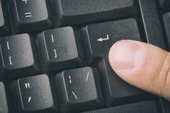 Vinger die de ENTER knoop van toetsenbord drukken Sluit en stemde omhoog beeld royalty-vrije stock afbeeldingen