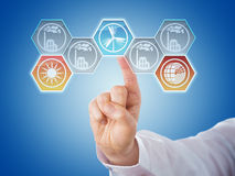 Vinger die Hexagonale Duurzame energiepictogrammen duwen Royalty-vrije Stock Foto