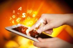Vinger die op tabletpc richten, brievenconcept Royalty-vrije Stock Afbeelding