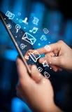 Vinger die op tabletpc richten, sociaal media concept Stock Foto's