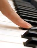 Vinger en piano Stock Foto's