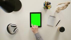Vinger het Scrollen op Groene Touchscreen stock footage