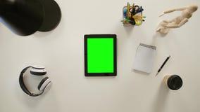 Vinger het Scrollen op Groene Touchscreen stock videobeelden