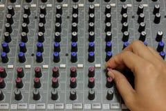 Vinger iemand correcte stemmende mixer royalty-vrije stock foto