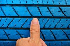 Vinger met oude blauwe band Stock Foto's