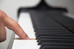 Vinger op pianotoetsenbord royalty-vrije stock fotografie