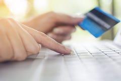 Vinger van vrouwen dringend toetsenbord om creditcard aan het winkelen te betalen Royalty-vrije Stock Foto