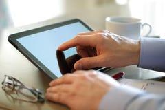 Vinger wat betreft het scherm van een digitale tablet Royalty-vrije Stock Foto's