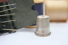 Vingerhoedje en naaiende naalden Royalty-vrije Stock Fotografie