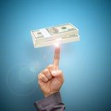 Vingerpunt aan dollarrekeningen Stock Afbeelding
