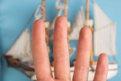 vingers als bemanning van het piraatschip stock afbeeldingen