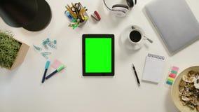 Vingers die binnen op Groene Touchscreen zoemen stock footage