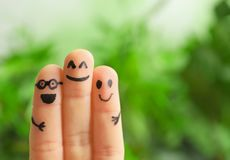 Vingers met tekeningen van gelukkige gezichten Stock Afbeeldingen