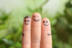 Vingers met tekeningen van gelukkige gezichten Stock Foto's