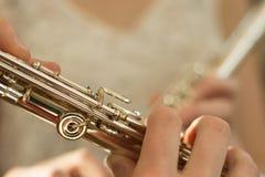 Vingers op fluit stock afbeeldingen