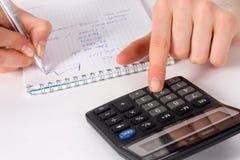 Vingers van meisjespers op calculatorknoop Royalty-vrije Stock Foto
