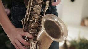Vingersjongen die de saxofoon spelen stock footage