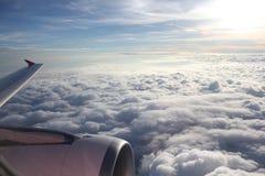 Vingflygplan i den blåa himlen Arkivfoton