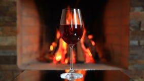 Vinglas med rött vin nära en spis stock video