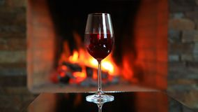 Vinglas med rött vin nära en spis lager videofilmer