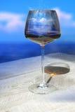 Vinglas med reflexionen av havet fotografering för bildbyråer