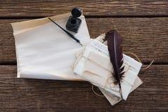 Vingpennafjäder, färgpulverflaska, bläckpenna och lagliga dokument på tabellen Fotografering för Bildbyråer