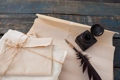 Vingpennafjäder, färgpulverflaska och lagliga dokument som är ordnade på tabellen Royaltyfria Bilder