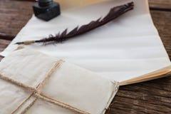 Vingpennafjäder, färgpulverkruka och lagliga dokument som är ordnade på tabellen Fotografering för Bildbyråer