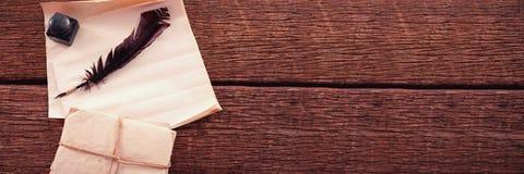 Vingpennafjäder, färgpulverkruka och lagliga dokument som är ordnade på tabellen Royaltyfri Foto
