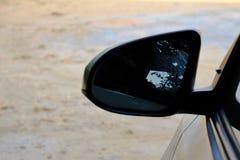 Vingspegel av en bil med varmt ljus royaltyfri foto