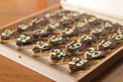 Vingt-cinq coeurs de chocolat comme calendrier d'avènement Images libres de droits