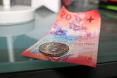 Vingt-cinq francs suisses sur une table Image libre de droits