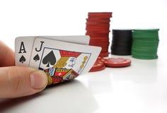 Vingt-et-un. Main humaine avec des cartes de vingt-et-un Photo stock