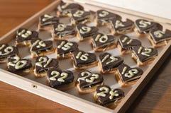 Vingt-quatre coeurs de chocolat comme calendrier d'avènement Image stock