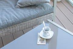 Vingt yuans chinois et tasse de café vide sur une table en verre de café extérieur Paiement, astuce image stock