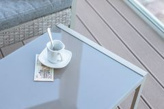 Vingt yuans chinois et tasse de café vide sur une table en verre de café extérieur Paiement, astuce images libres de droits