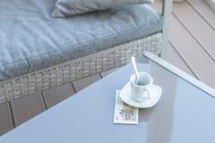 Vingt yuans chinois et tasse de café vide sur une table en verre de café extérieur Paiement, astuce photographie stock