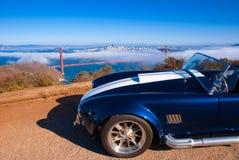 Vingtage klassisk sportbil med den San Francisco Golden Gate bron royaltyfri foto
