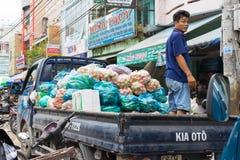 Vinh Long, Vietname - 30 de novembro de 2014: A luz entrega o caminhão carregado completamente com os frutos tropicais no mercado Fotos de Stock Royalty Free