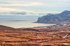 Vinhedos, cume Karadag da montanha, vila de Koktebel e Mar Negro Imagens de Stock