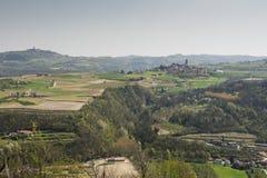 Vinhedos e montes de Piemonte na mola, Itália Fotografia de Stock