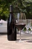 Vinho & vidro para o jantar ao ar livre Fotografia de Stock Royalty Free