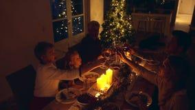 Vinho bebendo da família no jantar da ação de graças em casa
