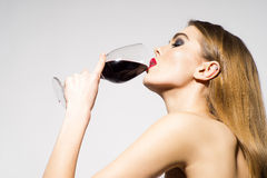 Vinho bebendo da menina bonita do encanto fotografia de stock royalty free