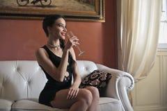 Vinho bebendo da mulher fotografia de stock