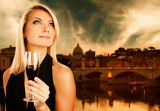 Vinho bebendo da mulher Fotos de Stock Royalty Free