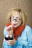 Vinho bebendo da mulher louca Fotos de Stock