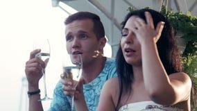 Vinho bebendo do champanhe dos pares no terraço video estoque