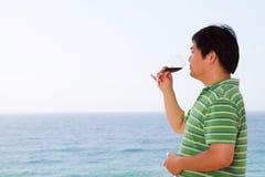 Vinho bebendo do homem asiático foto de stock royalty free