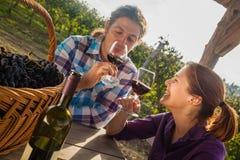 Vinho bebendo dos pares bonitos Fotos de Stock Royalty Free